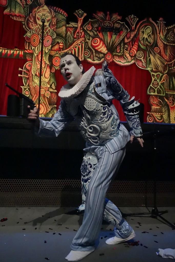 Vue du spectacle Richard 3 Loyaulté me lie. L'armure de porcelaine portée lors du spectacle par Jean Lambert-Wild Crédit photo Guillaume Damry