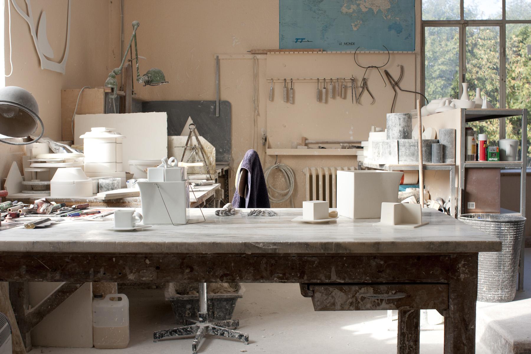 atelier de modelage de la manufacture raynaud photo matthieu bussereau esprit porcelaine. Black Bedroom Furniture Sets. Home Design Ideas
