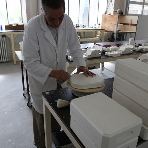 Un établisseur Finissant Un Moule, Photo. Porcelaines De La Fabrique
