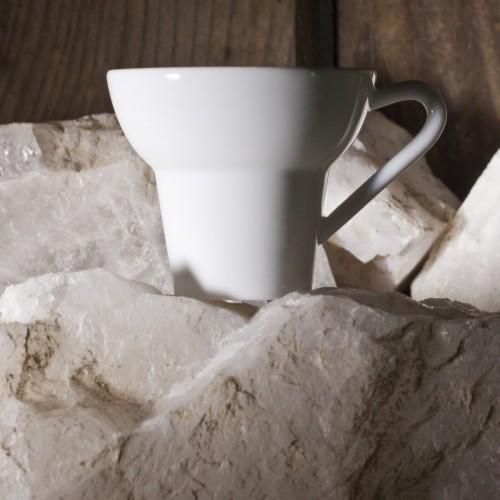 Tasse Expresso XL, De Matthieu Bussereau Pour Les Porcelaines R. Haviland & C. Parlon, Posée Sur Un Bloc De Quartz. Photo. Matthieu Bussereau