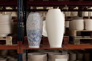 Photo Le phénomène de retrait : à gauche, un vase Obus décoré et cuit, à droite un vase juste dégourdi. Création de Marie-Evelyne Savorgnan, photo. Matthieu Bussereau