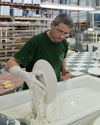 Photo Le Geste De L'émailleur Dans Le Bain D'émail, Photo. Porcelaines De La Fabrique.