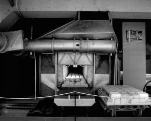 Photo Four tunnel de la manufacture Bernardaud, datant de 1947.Manufacture Bernardaud/ Rivière, Philippe © Inventaire général, ADAGP.