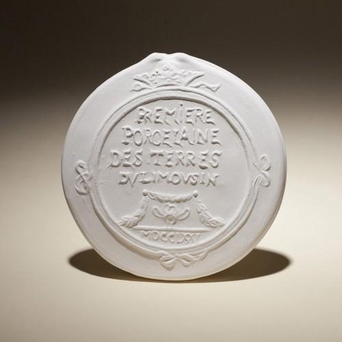 Photo Reproduction Du Médaillon De Turgot, Premières Pâtes De Porcelaine Dure Obtenues Et Cuites à Limoges En 1771. Photo. Matthieu Bussereau